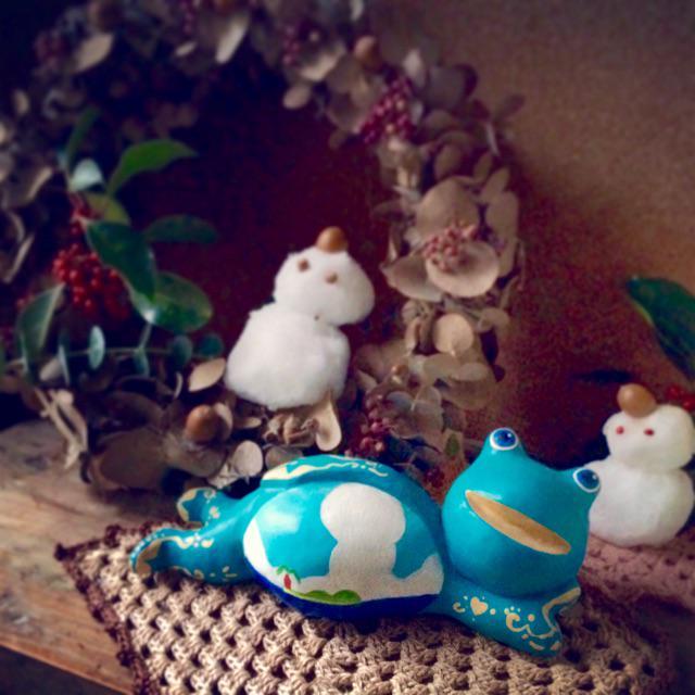 広島にお婿に行った、なまけ蛙四右衛門くんのリアル雪だるまとの共演です。広島は先日大雪だったそうで、こちらはその雪でつくった雪だるま。横にくつろぐなまけ蛙くんでありました♪