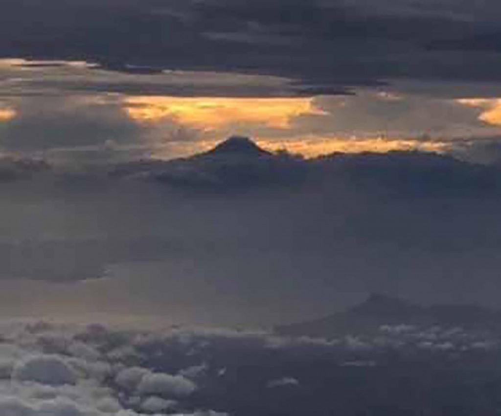 富士は日本一の山〜飛行機から見た富士山…実物の美しさには遥か及びませんが、縁起が良いのでブログに福をUPします!